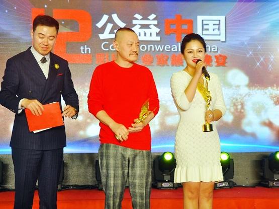 雪村、俞思妍夫妇参加公益盛典 为爱心小天使颁奖收获小粉丝