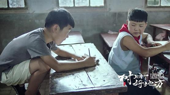 乡村师生爆笑大作战 电影《树上有个好地方》爱奇艺正在热映