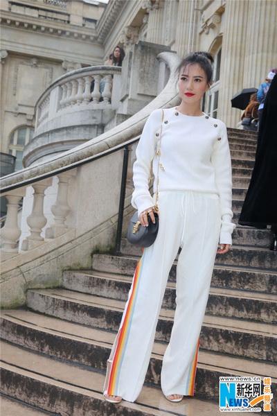 高圆圆简洁白衣亮相巴黎 客串设计师带来惊喜