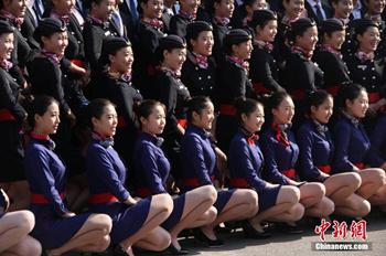 高三艺考女生零下光腿穿空乘制服拍摄合影(图)