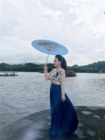 杭州姑娘唱《杭州之恋》 让人不恋上杭州都难