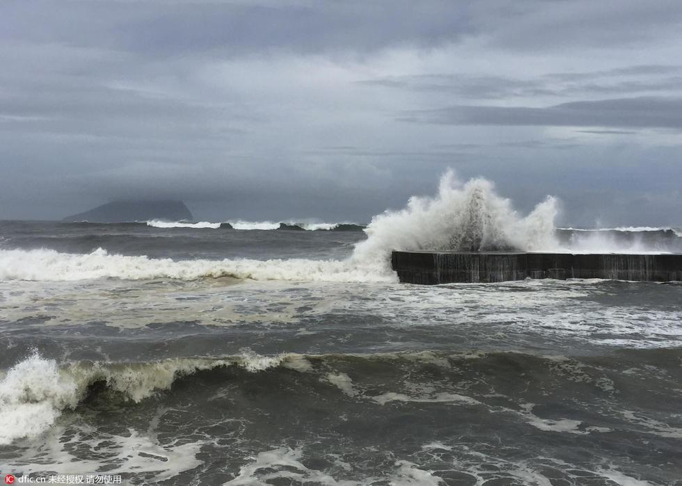 超强台风尼伯特来袭 台湾东部沿海掀巨浪