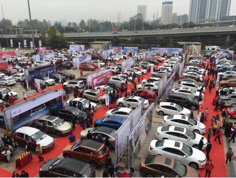 豪车美女齐聚重庆惠民团车节 低价买车欲罢不能