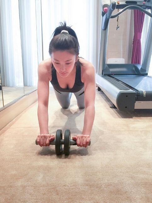 张雨绮健身秀翘臀纤腰 网友:身材太棒