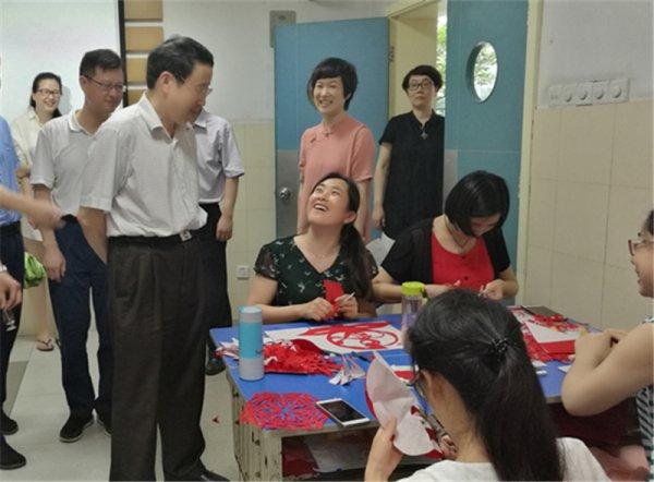 刘希平:充分利用社会资源  积极破解课改难题