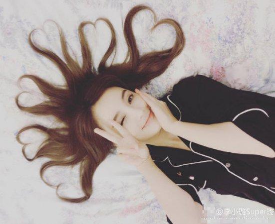 李小璐在家凹造型晒心形发型 网红属性大爆发