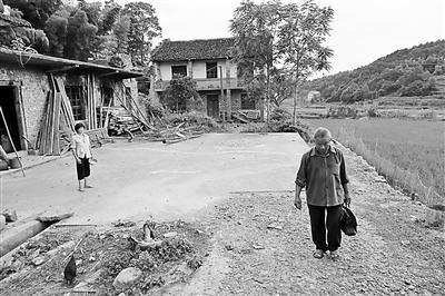 28年来,每个月陈伯宇都会去兴宁镇政府讨债