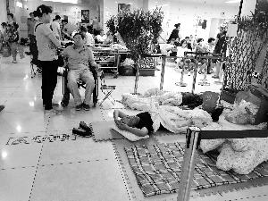 协和医院门外商贩出租的床,12小时500元。张静姝/摄