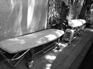 天坛医院外商贩出租的床,一天350元。汪慧贤/摄