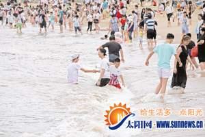 游客不顾危险仍在海边戏浪 救生员积极劝导游客