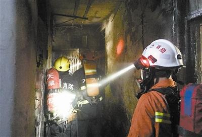 居民楼起大火冲进火场救人 消防员是群众定心丸