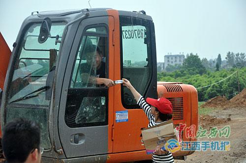 瑞昌志愿者青年突击队上前线(图)