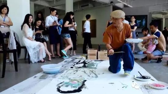李见深老师为《自然之道》现场创作水墨画作